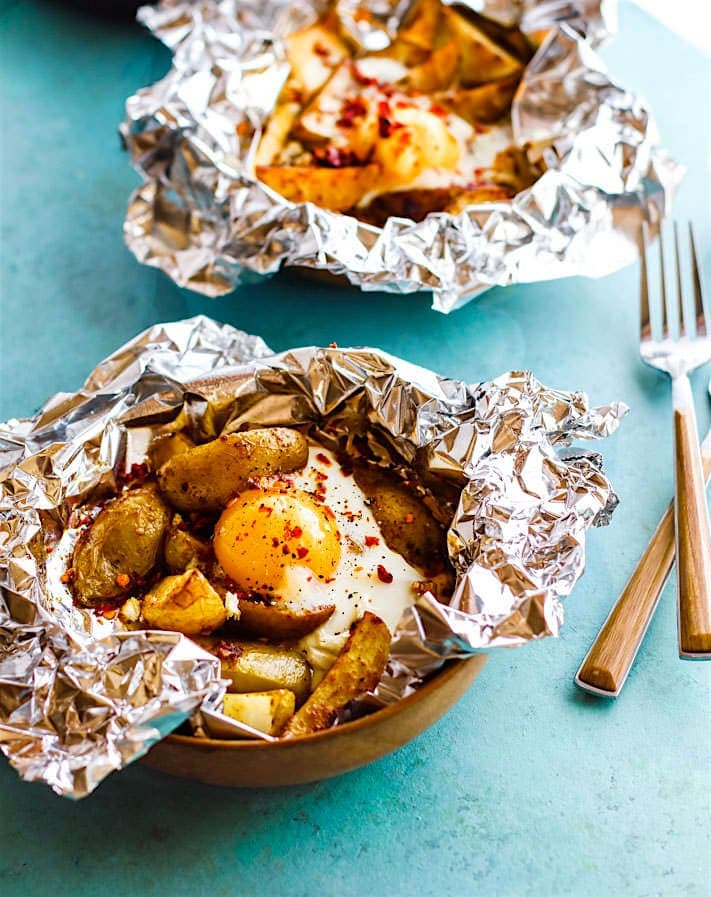 This foil packets dinner is gluten free, Paleo friendly and vegetarian. A meal to feed you or your whole family!  Easy to make with little clean up. Indian spiced baked potato and egg foil packets use simple, real food ingredients! Great for breakfast, brunch, or dinner.