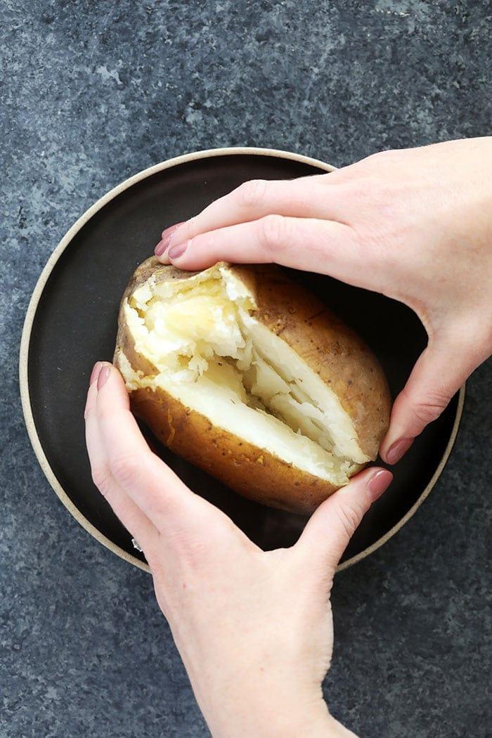 Olla de barro al horno patatas en un plato