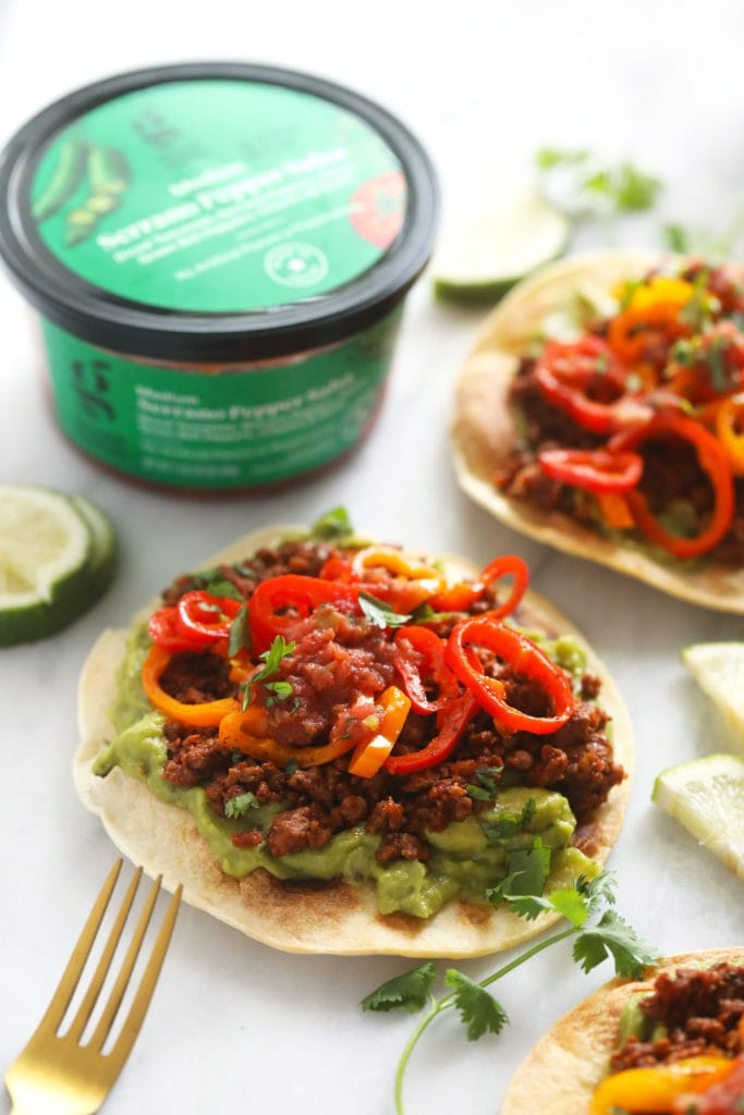 Tostada with guacamole, vegetable base and mini peppers